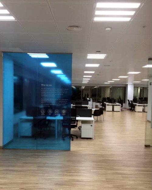 Instalacion de vinilos en las oficinas de HMY - 1